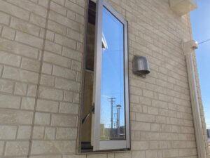 縦すべり窓 網戸 外し方