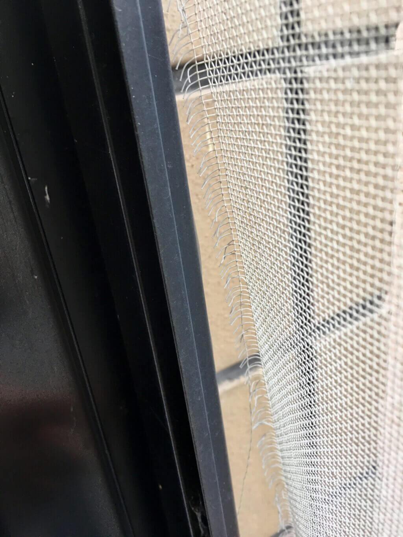 網戸の網が外れた場合の対処法